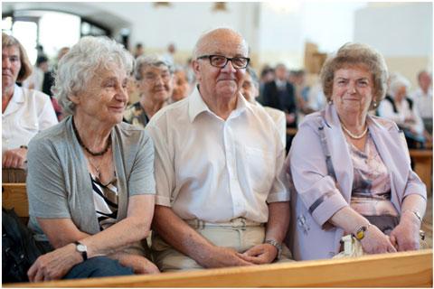 Zaproszeni goście namszy świętej wkościele o. Franciszkanów
