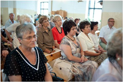 Uczestnicy mszy świętej, panie Elżbieta Kustra, Mirosława Paluch, Halina Osuchowska, byłe grono nauczycielskie