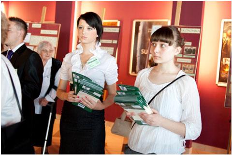 Młodzież ZSP nr1 wręczająca foldery gościom